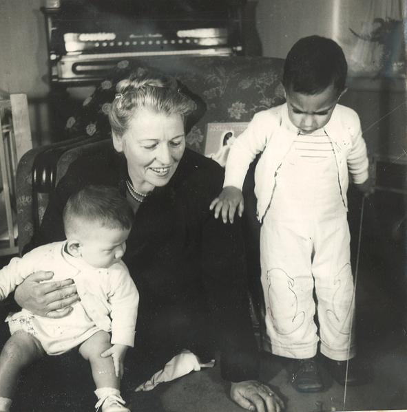 """赛珍珠正在给莱昂Leon(坐着)和欢迎之家的第一个收助的孩子大卫David(站着)读书。欢迎之家的孩子们都叫她""""奶奶""""(Gran)。(赛珍珠国际组织提供)"""