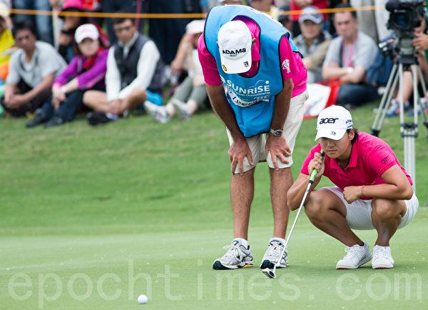 台湾高尔夫选手曾雅妮(右)28日出赛LPGA台湾锦标赛决赛,比赛中她与杆弟讨论下一球的打法。(摄影:陈柏州/大纪元)