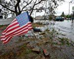 超級颶風桑迪給紐約帶來前所未有的重創,狂風、暴雨、海潮,令許多人一夜間一無所有。圖為2012年10月30日,紐約皇后區一處住宅區道路淹水。(Stan HONDA/AFP)