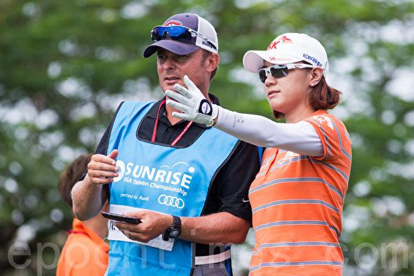 南韩高尔夫选手崔罗莲28日出赛LPGA台湾锦标赛决赛,她(右)与杆弟讨论下一球的打法。(摄影:陈柏州/大纪元)