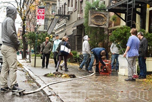 曼哈頓翠貝卡區(Tribeca)一家店主用泵虹吸地下室的積水。(攝影﹕Benjamin Chasteen/大紀元)