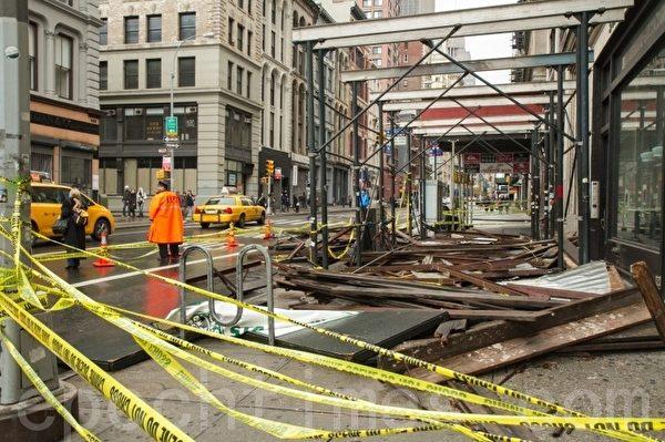 曼哈頓唐人街桑迪颶風期間下跌的腳手架。(攝影﹕Benjamin Chasteen/大紀元)