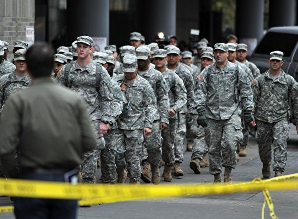 國家警衛隊員31日在紐約市協助表維醫院病人疏散500名病人。  ( STAN HONDA/AFP/Getty Images)