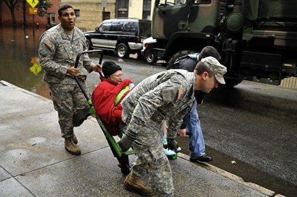 曼哈頓對面的新澤西州HOBOKEN市受災嚴重。 ( STAN HONDA/AFP/Getty Images)
