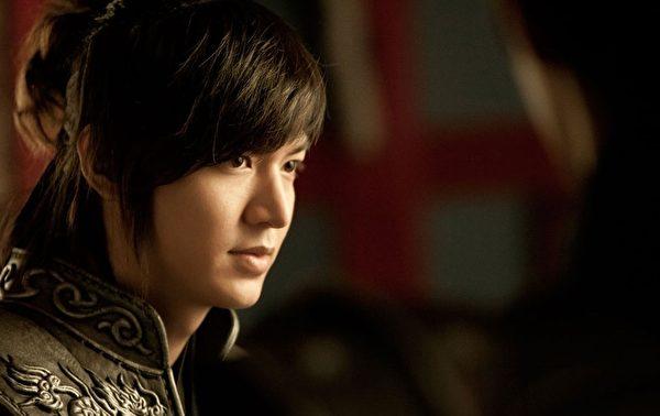 李敏镐飾演韓劇《信義》帥氣的崔瑩一角。(圖/starhaus娛樂提供)