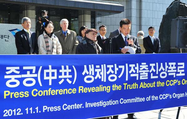 11月1日上午,「中共活摘器官真相調查委員會」在韓國首爾媒體中心(press center)大樓前舉行新聞發佈會。譴責韓國政府在中共壓力下掩蓋中共活摘器官的罪行。圖為加拿大著名國際人權律師大衛.麥塔斯(中間)在當天發表演講。(李裕貞/大紀元)