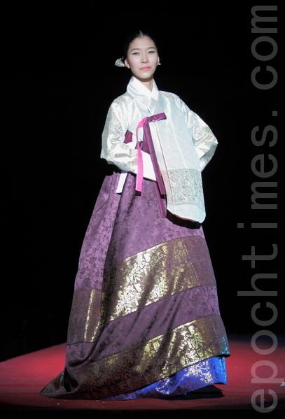 宫中的便服唐衣。是在襦的上面又穿的衣服,在朝鲜时代是平民女性的礼服。18世纪英祖(1694~1776)时,为了消除奢侈风潮,禁止女性用加鬄。照片中的女性的头发样式是英祖以后变为简朴的样子。(摄影:全宇/大纪元)