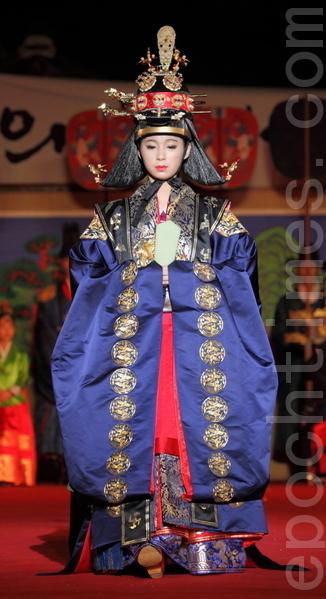 世子妃的大礼服鸦青翟衣。翟衣是王室正统的女性配偶所穿的礼服,根据身份的不同颜色也不同。世子妃的翟衣上绣的是凤凰在蓝天下飞翔。(摄影:全宇/大纪元)