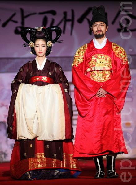 穿紫赤圆衫的朝鲜王妃,穿着便服同时也是朝服衮龙袍的王。因为紫赤色体现的是最尊贵的身份,所以紫赤圆衫只有王妃和正一品的嫔才能穿的。(摄影:全宇/大纪元)