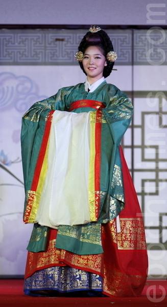 圆衫是统一新罗接受唐朝服饰后慢慢韩国化的衣服。从朝鲜的上流层士大夫家到王室的女人,都把它作为礼服来用。王室的女人穿的是小礼服。士大夫家给女人穿的是大礼服。平民婚礼时穿圆衫。(摄影:全宇/大纪元)