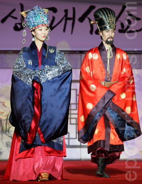 高丽恭愍王穿的赭黄袍和通天冠,是皇帝的衣服。王后穿着青色绸缎做的礼服,头戴由七只雉和2个凤花装饰的七翚二凤冠。七翚二凤冠是高丽末期从中国引入的。(摄影:全宇/大纪元)