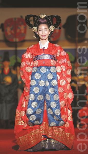 穿露衣的女子为了献贺礼徐徐而入。露衣是王妃和正四品以上的后宫们所穿的礼服,是翟衣的下一等礼服。(摄影:全宇/大纪元)