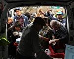 超级风暴桑迪蹂躏后,纽约1 日开始提供100万份餐点,给低收入户和长者。图为31 日,纽约市皇后区关怀基金会提供食物给居民。(Spencer Platt/Getty Images)