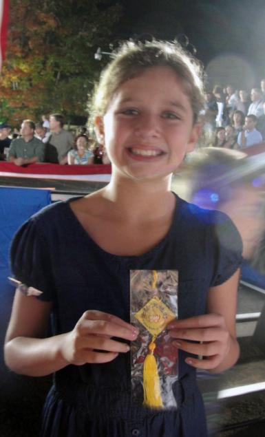 10月25日,共和黨副總統候選人保羅·瑞安(Paul Ryan)來到位於美國維吉尼亞州中部的夏洛茨維(Charlottesville)市的維吉尼亞大學。在這所大學任職的法輪功學員龔女士送給瑞安的女兒Liza一朵寫有「法輪大法好」的蓮花飾物。(大紀元)