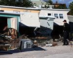 在桑迪所造成的損失中,大約一半有保險,估計保險公司需要支付100億至200億的保險金給客戶修復被水淹的房屋和汽車。(Mark Wilson/Getty Images)