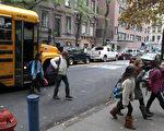 2012 年 11 月 5 日,超級風暴桑迪肆虐後,紐約各級學童首度回到學校上學。(MEHDI TAAMALLAH / AFP)