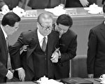 江泽民这个极度怕失权而遭清算的元凶,在十八大的亮相,可说是亡党在即、大审临头、老天张显出的吸人眼球的告示。(AFP)