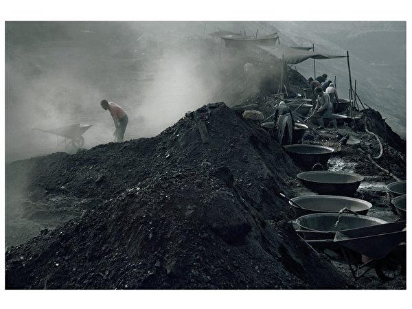 图﹕社会生活类铜奖作品《洗煤的人 》﹐ 作者为中国大陆的陈韶华。