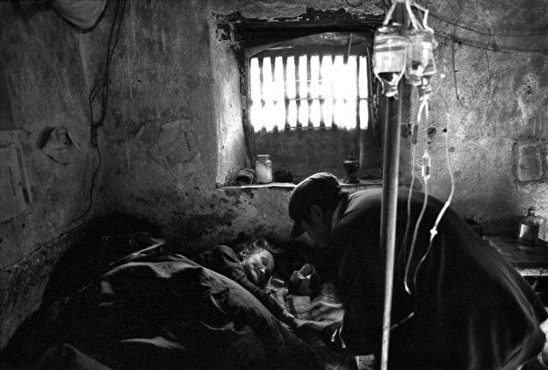 图﹕社会生活类铜奖作品《乡村医生 》﹐作者为加拿大的Hugh Zhao。