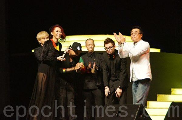 李宗盛頒發《最佳流行音樂專輯獎》予ManHanD組合。(攝影:楊曉慧/大紀元)