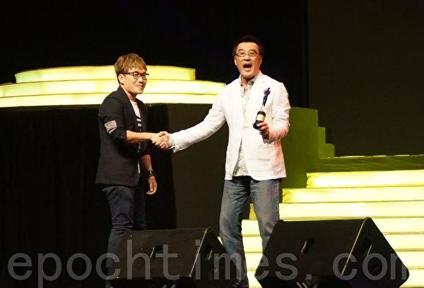 饒善強(左)高興能得到李宗盛親手頒發《傑出表現獎》給他。(攝影:楊曉慧/大紀元)