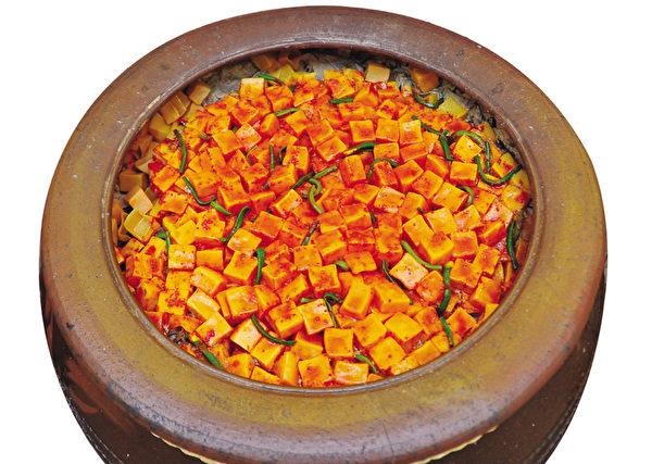 为牙不好的老年人把萝卜轻焯腌好的凉拌萝卜块泡菜(摄影:李裕贞/大纪元)
