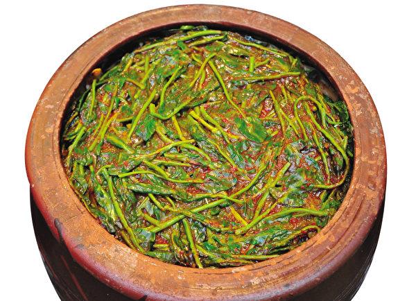 用无刺激性的材料腌好的寺院小萝卜泡菜(摄影:李裕贞/大纪元)
