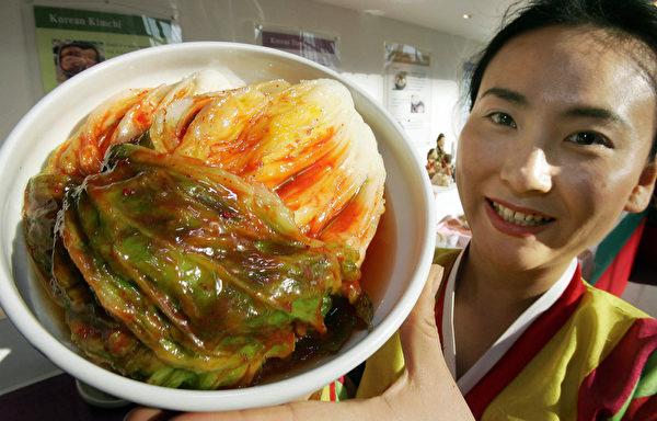 大韩民族自古喜欢辣味。大白菜是韩国泡菜的主材料,青色、白菜心饱满、有重量的白菜是腌泡菜的好材料。(AFP)