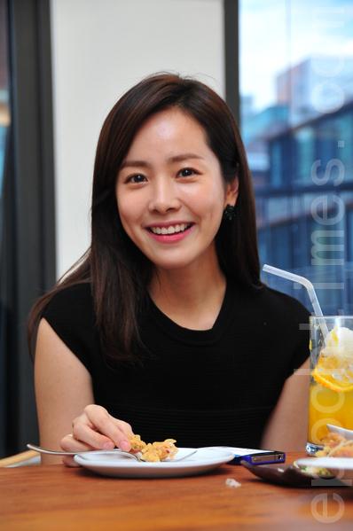 韩智敏以偶像明星奥黛丽·赫本的爱心与人格自我期许。(摄影:李裕贞/大纪元)