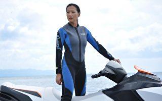 张本渝身穿潜水衣,骑着水上摩托车的演出。(图/三立提供)