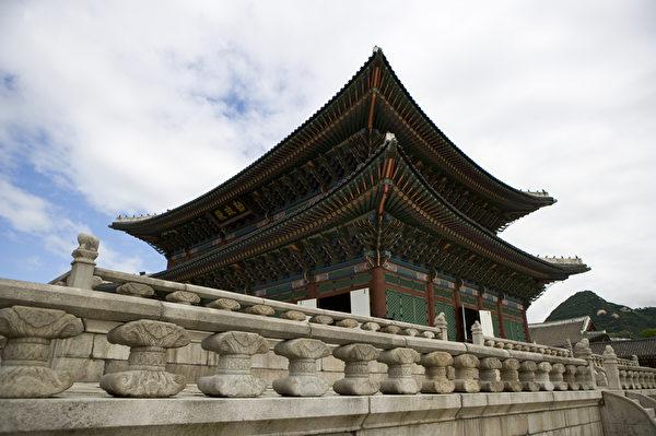 景福宫中的勤政殿是朝鲜君王举行登基大典或召开宫廷宴会时的地方,接见外国使臣也均在此殿进行。(首尔观光公社提供)