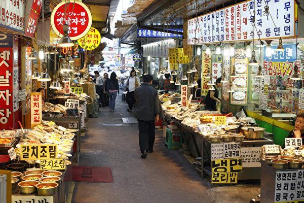 若想了解当地民众的生活面貌,没有比市场更好的地方了!只要提到广藏市场,就会联想到小吃众多之地。美食街沿着市场通道,有许多现场制作贩卖的小吃店铺排列成行。(首尔观光公社提供)