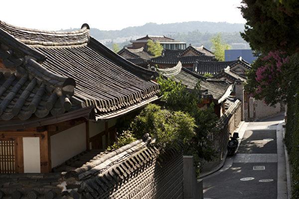 北村主要建筑型态皆是朝鲜时代被视为上层社会人家住所的屋瓦房结构,紧邻两大宫阙之间的传统韩屋聚落,完善保留各式样貌的小巷道,更可巨细靡遗的观览600年历史都市的迷人风貌。(首尔观光公社提供)