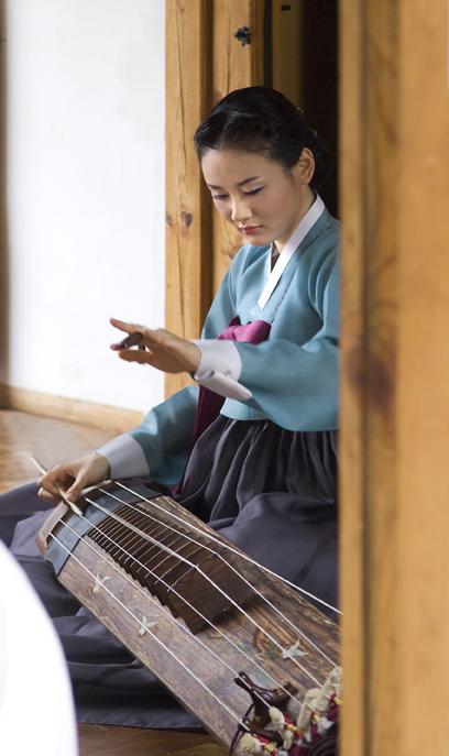 韩国古典美女弹琴,展现传统文化之美。(首尔观光公社提供)