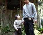 公视戏剧《小孩大人》李威严肃对待骆炫铭。(图/公视提供)