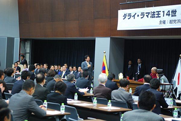 """自民党总裁安倍晋三致辞时认为达赖喇嘛与""""自由民主的价值一致"""",并誓言""""声援西藏,尽力改变那里的侵犯人权的现状。""""(摄影:吴丽丽/大纪元)"""