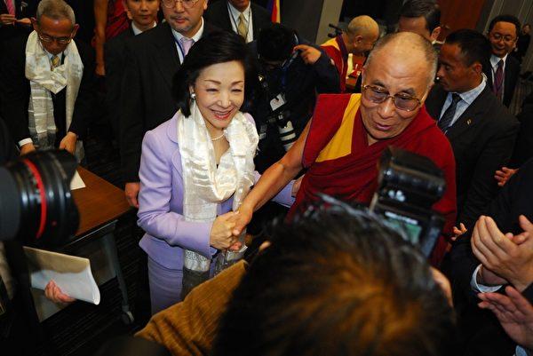 达赖喇嘛赠送国家基本问题研究所理事长樱井良子哈达(摄影:吴丽丽/大纪元)