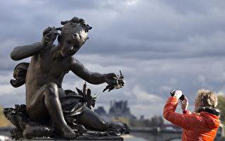 "亚历山大三世桥(Pont Alexandre III)上,一些雕像的手也被""锁""上了。(JOEL SAGET/AFP/Getty Images)"