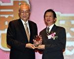 中国医大副校长陈伟德获副总统吴敦义颁发《台湾医疗典范奖》。(中国医大提供)