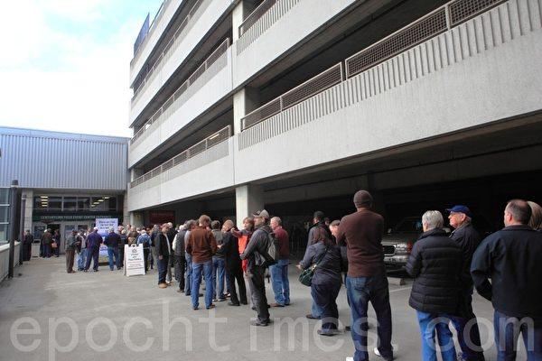 14日中午时分,期盼已久的人们早已在与停车楼相连的展厅入口迫不及待地排起了长队。(摄影:David/大纪元)