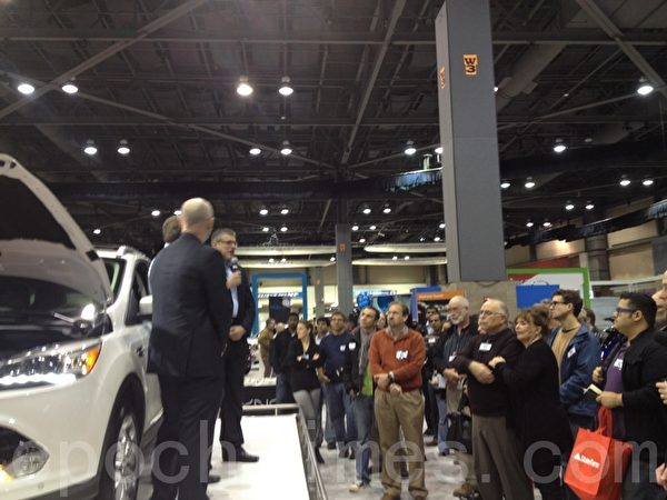 Ford公司将微软技术引进车内,图为Ford公司与微软公司人员推介其产品特色。(摄影:刘云/大纪元)