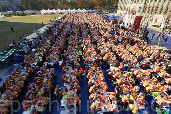 2000多人在首爾廣場做泡菜
