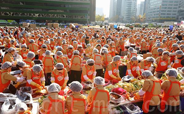 """11月15日下午,约2250多人在韩国首尔广场参加 """"做泡菜分享爱心""""活动。(摄影:全宇/大纪元)"""