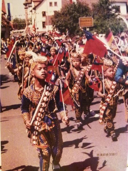 1990年嘉兰国小舞蹈团赴德访问,参加当地游行受到热烈欢迎的老照片。(翻摄:龙芳 / 大纪元)