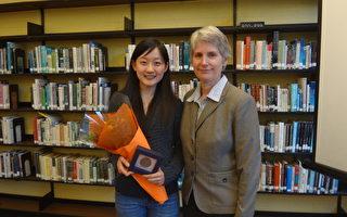 华人学生刘洋(左)以优异成绩,获得加拿大总督学术勋章,图为她与温哥华东宁书院校长Julia Tajiri合影。(温哥华东宁书院提供)