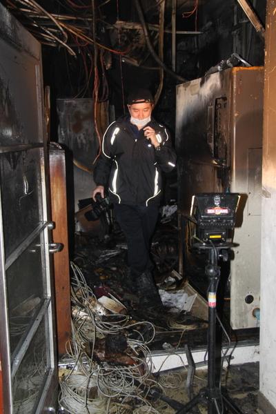 新北市亞東醫院機房19日凌晨發生火警,起火點位於核磁共振機房(圖),機房及管線付之一炬,現場一片狼籍。消防隊員現場調查起火原因。(市府消防局提供)