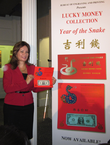 美國財政部財務長羅西‧里奧斯(Rosie Rios)展示了「吉利錢」系列的最新產品-蛇年版「吉利錢」。(攝影︰余雅妍/大紀元)