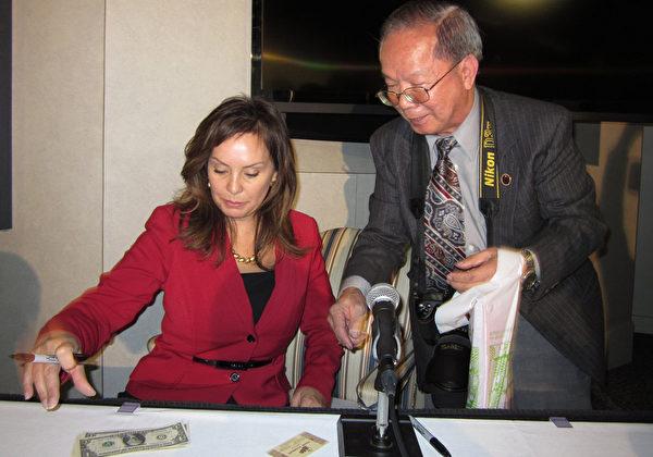 美國財政部財務長羅西‧里奧斯在蛇年「吉利錢」新聞發佈會上。(攝影︰余雅妍/大紀元)