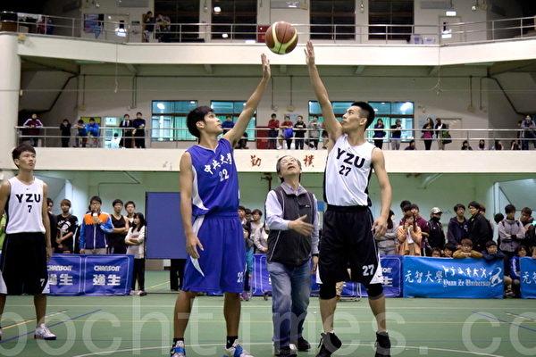 元智大学校长张进福(中)为桃园三大学首届篮球友谊赛开球 (摄影:徐乃义/大纪元)