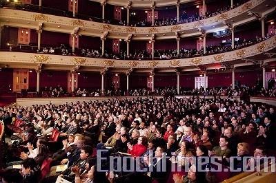 神韻巡迴藝術團在費城音樂學院劇院首場演出現場(攝影:戴兵/大紀元)